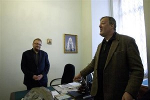 British actor and celebrity Stephen Fry (R) meets with a deputy of the St. Petersburg Legislative Assembly Vitaly Milonov in St. Petersburg, March 14, 2013.  Credit: Reuters/Interpress/Handout